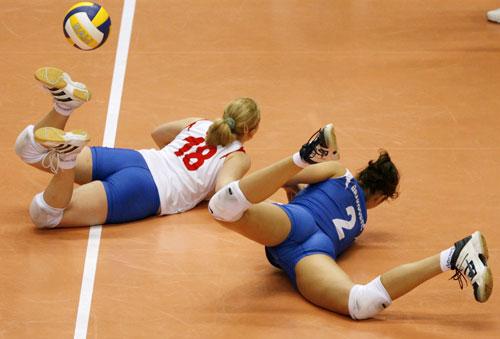 图文:奥运女排落选赛第七轮 塞尔维亚两人倒地