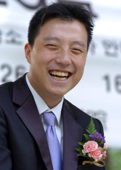 图文:第13届LG杯棋王战开幕式 古力笑得豪迈
