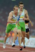 图文:中国田径赛男子4X400米接力 澳队交接棒