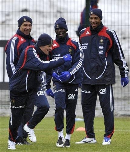 图文:法国队备战08欧洲杯 马克莱莱亨利在一起
