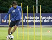 图文:意大利训练备战欧洲杯 托尼带球绕杆