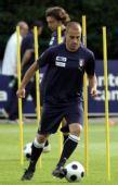 图文:意大利训练备战欧洲杯 卡纳瓦罗也练脚法