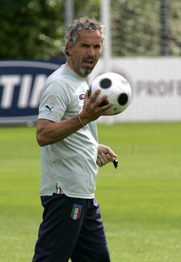图文:意大利训练备战欧洲杯 多纳多尼训练中
