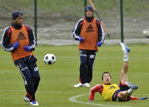 图文:法国训练备战欧洲杯 亨利戏耍纳斯里