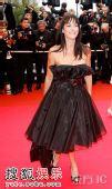 图:歌手Lio一身抹胸黑裙 亮相闭幕红毯现场