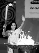 图文:奥运圣火在江苏南通传递 葛菲点燃圣火盆