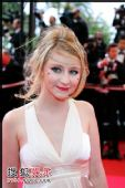 组图:法国女歌手Lucile走红毯 杂草乱发显个性