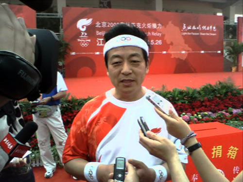 图文:泰州站圣火传递 张云泉接受记者现场采访