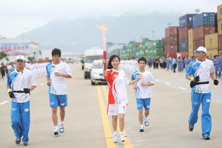 联想奥运火炬手方敏,她在宁波的火炬接力中传了2棒