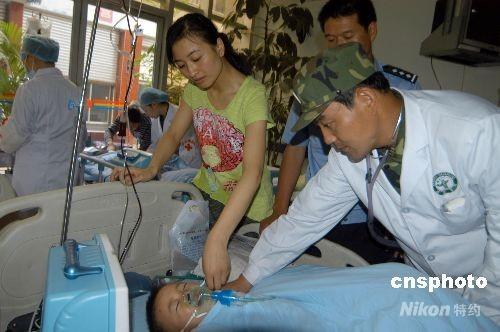 5月21日上午11时10分,一位在地震废墟中被救出的3岁的儿童,从四川绵阳四0四医院手术室推出,早以等在门口的爸爸、妈妈迎上前,虽然儿子手术后还没苏醒,可妈妈还是低下头,深情地在儿子的小脸颊上轻轻地亲了一下。这位被做手术的小朋友叫朗铮,今年才三岁。5月12日,地震发生时,他在北川县曲山幼儿园废墟中被救出时,在解放军叔叔抬的担架上,他抬起右手向解放军叔叔致敬,这一敬礼的动作被媒体传播后,感动了千万个读者。 中新社发 成和平 摄