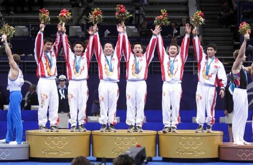 中国体操队欢呼胜利