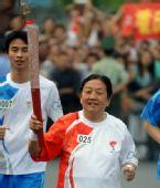 图文:奥运圣火在泰州传递 火炬手江询进行传递