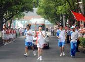图文:奥运圣火在泰州传递 火炬手徐颖进行传递