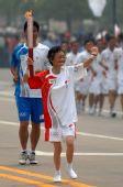 图文:奥运圣火在泰州传递 周剑秋在进行传递