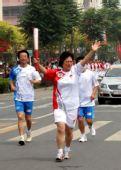 图文:奥运圣火在泰州传递 残奥冠军薛兰梅传递