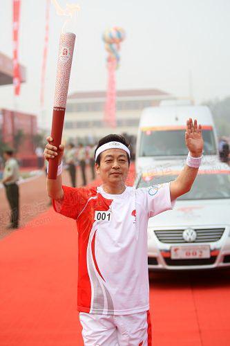 080526泰州崔萌 起跑仪式,首棒火炬手跑出会场.JPG