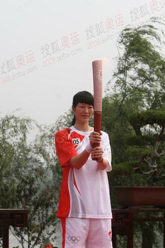 击剑世界冠军肖爱华展示火炬