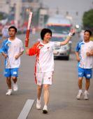 图文:奥运圣火扬州 火炬手左达文在进行传递