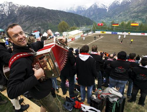 图文:球迷喜迎欧洲杯 瑞士球迷拉手风琴助兴