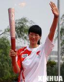 组图:奥运圣火扬州传递 首棒肖爱华向观众致意