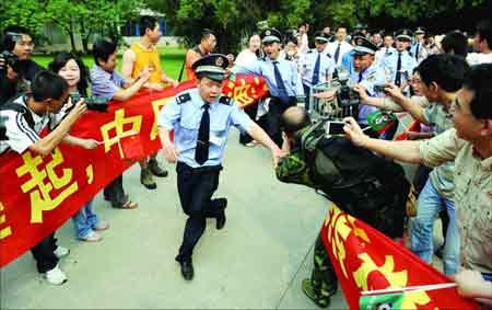 :熊猫即将被运送上车。来采访的媒体记者达近百人,场面一度混乱,安保人员在维持秩序。