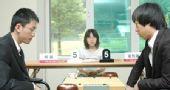 图文:LG杯世界棋王战首轮赛况 两人思考