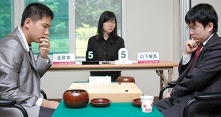 图文:LG杯世界棋王战首轮赛况 手托下巴沉思