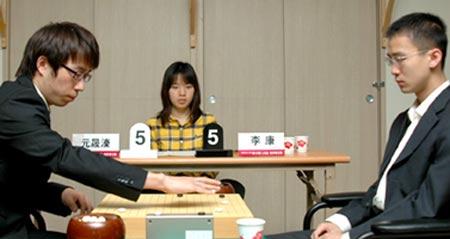 图文:LG杯世界棋王战首轮赛况 李康一脸平静