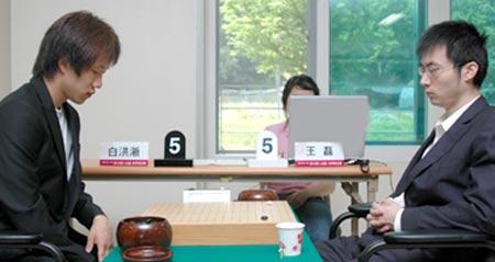 图文:LG杯世界棋王战首轮赛况 王磊一脸沉着