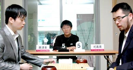 图文:LG杯世界棋王战首轮赛况 表情很惊讶