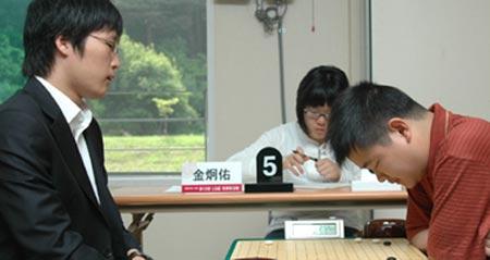 图文:LG杯世界棋王战首轮赛况 邱峻俯身思考