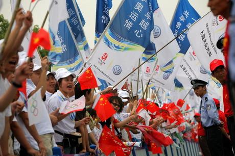 热情的上海市民期待着圣火的到来,旗帜飘扬成欢乐的海洋