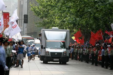 奥运圣火经过热情而秩序井然的人群,大众汽车火炬接力车队媒体用车为媒体提供最佳拍摄角度