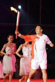 图文:奥运圣火扬州传递 最后一棒火炬手王修文