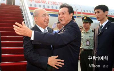 5月26日,中国国民党主席吴伯雄抵达南京,中共中央台湾工作办公室主任陈云林到机场迎接。盛佳鹏 摄