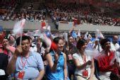 组图:扬州传递结束仪式现场观众为火炬而欢呼