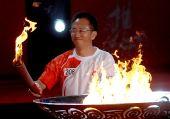 图文:奥运圣火在扬州传递 王修文点燃圣火盆