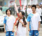 图文:奥运圣火上海传递  三次亲吻火炬的女孩