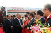 吴伯雄抵达南京 与前来迎接的台商握手(图)