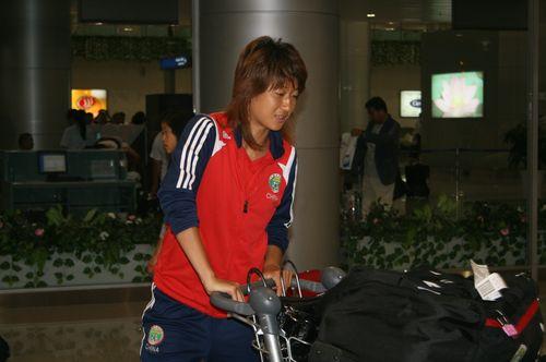 图文:[亚洲杯]女足抵达越南 王坤轻松