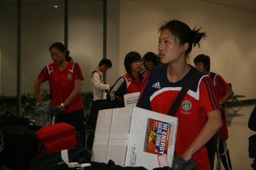 图文:[亚洲杯]女足抵达越南 谈笑风生