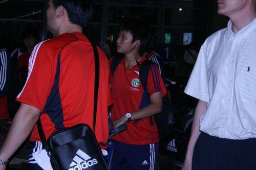 图文:[亚洲杯]女足抵达越南 走出大厅