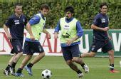 图文:意大利队集训备战欧洲杯 加图索练习带球