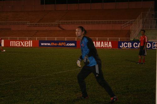 图文:[亚洲杯]女足越南首练 韩文霞全神贯注