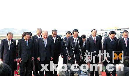 吴伯雄一行在机场为四川汶川大地震遇难同胞默哀一分钟