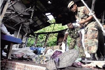 26日,斯里兰卡警察在首都科伦坡近郊发生爆炸的火车上查看遇难者遗体。 新华社/法新