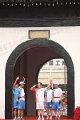 组图:奥运圣火在扬州传递 火炬手文昌阁前传递