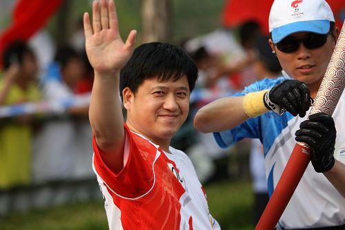 联想江苏扬州火炬手、搜狐网副总编辑、奥运事业部副总经理梁春元传递圣火