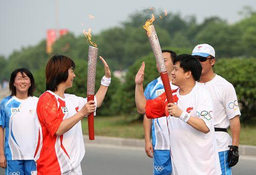 搜狐网副总编辑、奥运事业部副总经理梁春元传递圣火