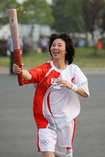 前女足国家队门将高红扬州传递圣火